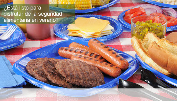 Mesa de picnic con alimentos asados a la parrilla.